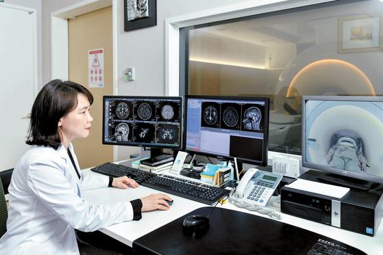 최선아 원장이 3.0T(테슬라) MRI로 치매 의심 환자의 뇌를 살펴보고 있다. 수도권 내 의원급 신경과로는 유일하게 이태규뇌리신경과의원이 보유한 장비다. 김동하 객원기자