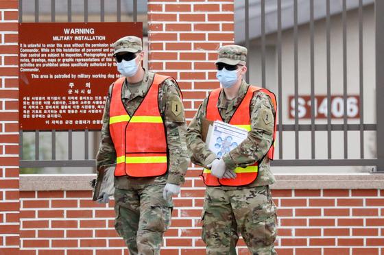 전 세계적인 신종 코로나바이러스 감염증(코로나19) 확산으로 주한미군 사령부가 공중 보건 비상사태를 선포한 가운데 지난달 26일 오후 경기도 평택 캠프 험프리스에서 미군 장병들이 마스크를 쓴 채 출입을 통제하고 있다. 뉴스1