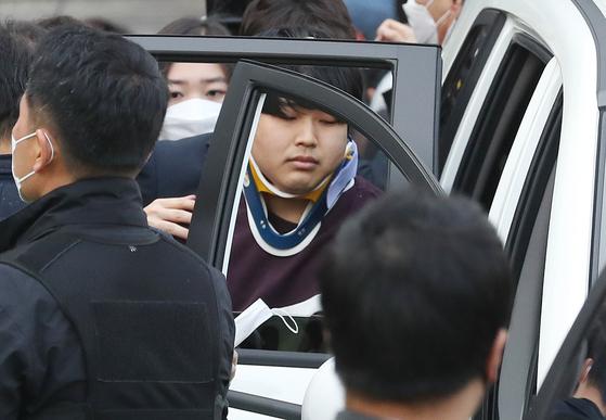 '박사방' 운영자 조주빈(25)이 지난달 25일 검찰로 송치되고 있다. 이날 경찰은 국민의 알권리, 동종범죄 재범방지 및 범죄예방 차원에서 신상을 공개했다. [중앙포토]