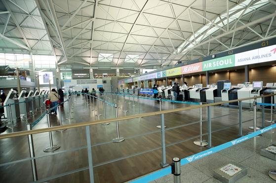 코로나19 확산으로 여행객이 급감하고 있는 가운데 지난달 인천국제공항 제1여객터미널 출국장이 한산하다. 뉴스1