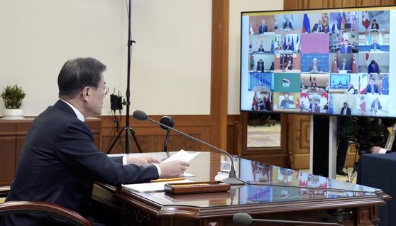 문재인 대통령이 지난달 26일 청와대 집무실에서 코로나19 공조방안 모색을 위한 G20 특별화상정상회의 중 발언하고 있다. 청와대 제공