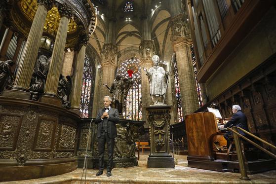이탈리아 출신 유명 오페라 가수 안드레아 보첼리가 12일 부활절을 맞아 두오모 대성당에서 관객없는 콘서트를 열었다. AP=뉴시스