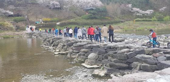 충북 진천군 문백면 굴티마을을 방문한 관광객들이 농다리를 건너고 있다. [사진 진천군]