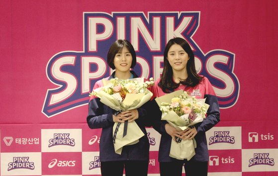 흥국생명의 핑크 유니폼을 함께 입게 된 이재영-이다영. [사진 흥국생명]