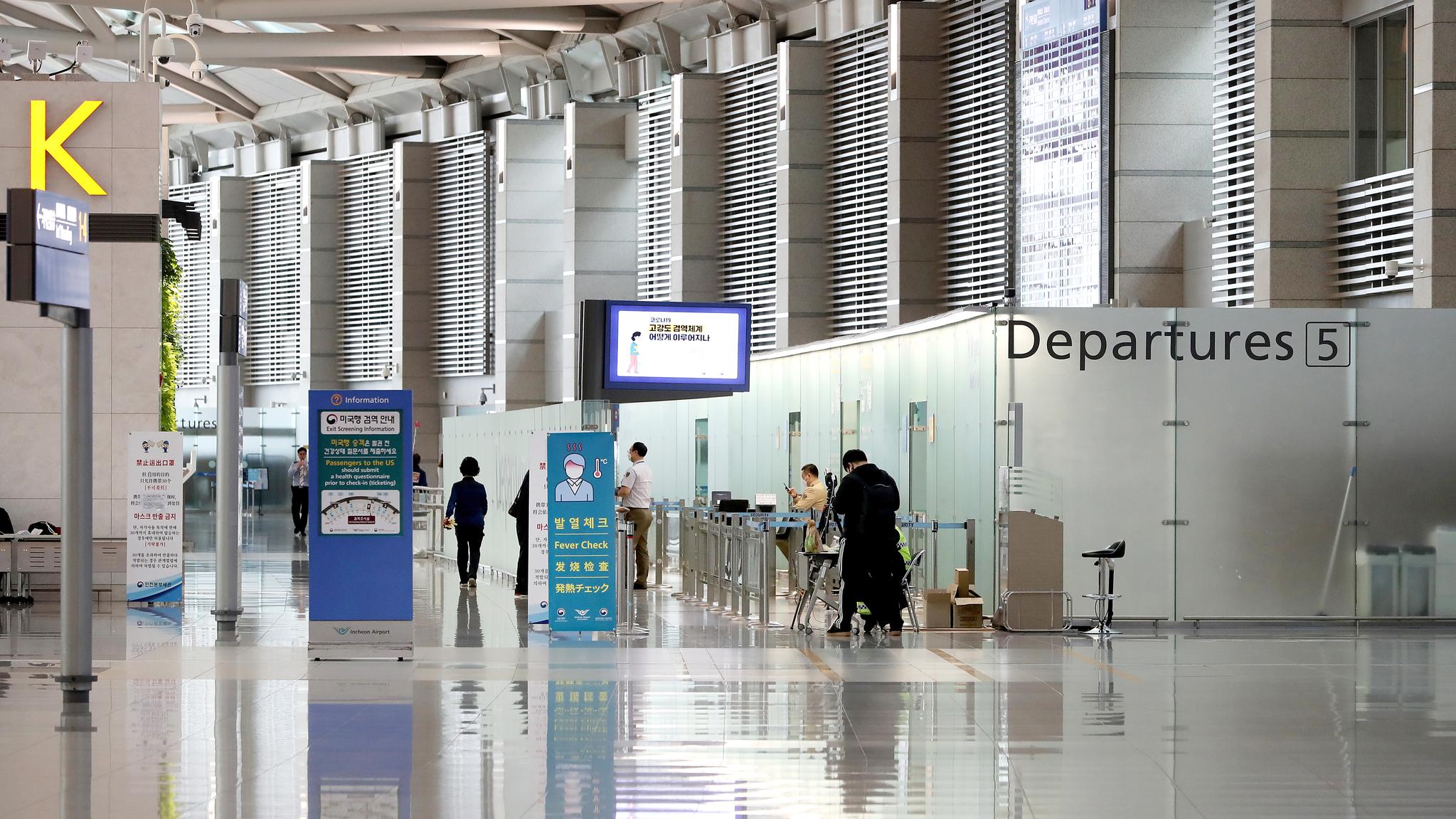 신종 코로나바이러스 감염증(코로나19) 영향으로 여행객이 급감한 가운데 1일 오전 인천국제공항 제1터미널 출국장이 한산하다.뉴스1