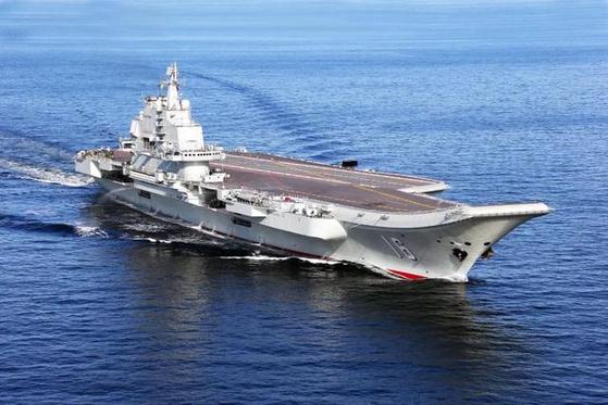 중국의 첫 항모 랴오닝함이 최근 훈련을 가졌다고 중국 해군이 13일 밝혔다. 신종 코로나로 미 항모가 멈춰선 것과 대비한 것으로 중국 언론은 랴오닝함이 서태평양에서 기동하는 유일한 항모라고 주장했다. [중국 신화망 캡처]
