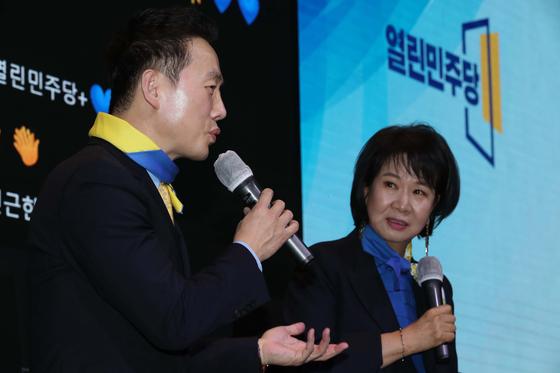 정봉주 전 의원(왼쪽)과 손혜원 무소속 의원이 지난달 8일 서울 여의도 글래드호텔에서 열린 창당대회 토크쇼에서 발언하고 있다. 오종택 기자