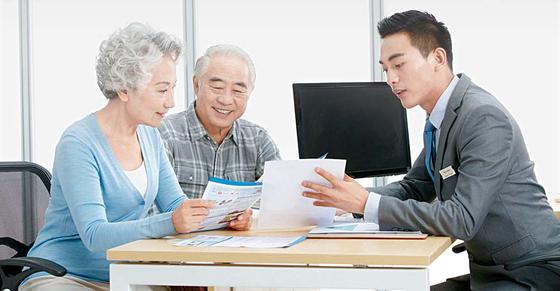 고령화 시대, 저렴한 보험료로 가장의 경제활동기엔 사망보장을 받고 은퇴 이후엔 사망보험금을 노후생활비로 활용할 수 있는 보험이 필요하다. [중앙포토]