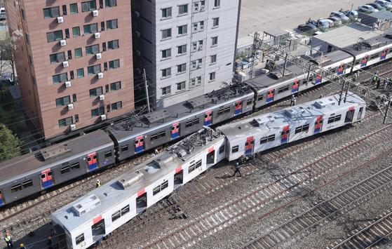 14일 오전 열차 탈선 사고가 벌어진 서울 영등포구 신길역 인근 철로에서 한국철도 관계자들이 복구 작업을 펼치고 있다. 연합뉴스
