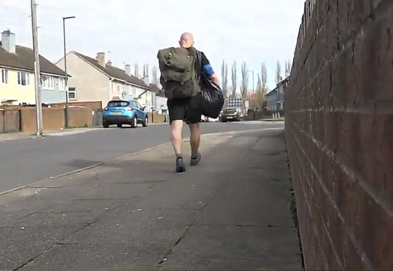 젠 포울스 선생님은 제자들이 굶지 않도록 매일 2시간을 걸어 점심을 가져다 주고 있다.[유튜브 캡처]