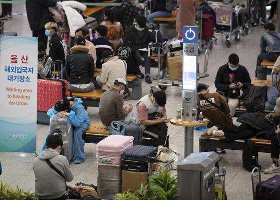 코로나19 해외유입 사례가 계속 확인되고 있는 6일 오전 인천국제공항 1터미널 입국장에 입국자들이 버스 탑승을 위해 대기 중이다. 연합뉴스