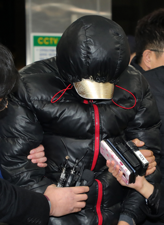 지난해 12월 30일 전주 '얼굴 없는 천사' 성금 6000여만원을 훔친 혐의(특수절도)로 경찰에 붙잡힌 2인조 중 1명이 고개를 숙인 채 전주 완산경찰서로 들어서고 있다. 뉴스1