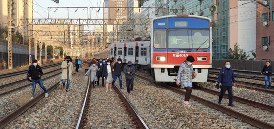 14일 오전 서울 영등포구 지하철 1호선 영등포역에서 신길역으로 향하던 열차가 탈선해 시민들이 철로로 이동하고 있다. 뉴스1