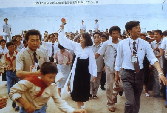1989년 8월 평양 세계청년학생축전 참가를 위해 방북한 임수경씨가 평양 대동강변에서 평양 시민의 환영을 받고 있다. [중앙포토]