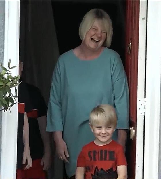 젠 포울스 선생님이 가져다 준 음식을 받고 기뻐하며 감사 인사를 하는 어린이와 학부모.[유튜브 캡처]