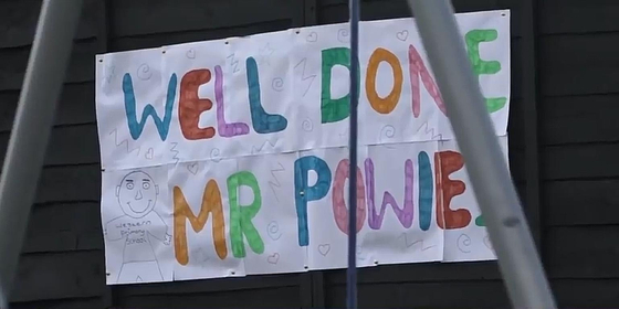 젠 포울스 선생님이 방문하는 한 학생의 집 울타리에 형형색색으로 감사 메시지가 적힌 종이가 붙어 있다.[유튜브 캡처]