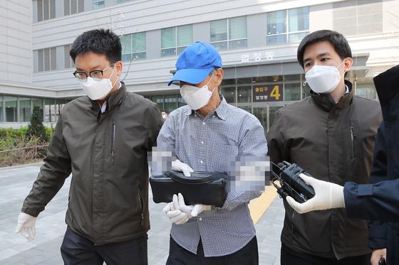 신종 코로나바이러스 감염증(코로나19) 관련 자가격리 위반 혐의를 받는 A씨(68)가 14일 오전 서울 송파구 서울동부지법에서 영장실질심사를 받은 뒤 법정을 나서고 있다. 연합뉴스