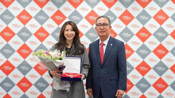 사진: (왼쪽부터) 굿피플 심혜진 나눔대사, 굿피플 김천수 회장