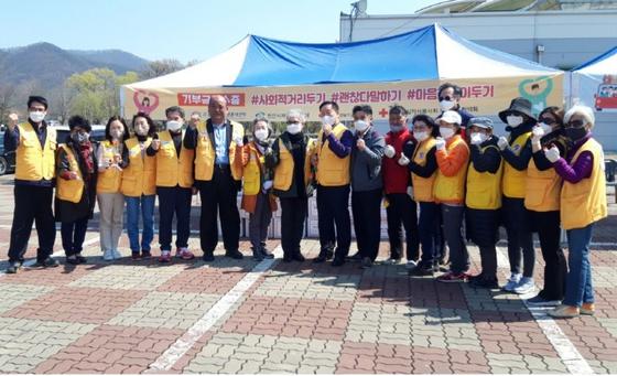 충남 천안시 삼룡동 천안삼거리공원에 마련된 드라이브 스루 기부장소에서 천안시자원봉사센터 봉사자들이 파이팅을 외치고 있다. [사진 천안시자원봉사센터]
