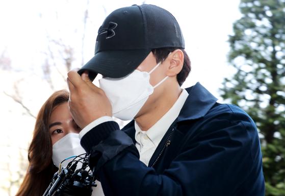 '여신도 그루밍 성폭행 의혹' 사건 가해자인 인천 모 교회 소속 목사(37)가 14일 오후 구속영장실질심사를 받기 위해 인천법원에 들어서고 있다. 뉴스1