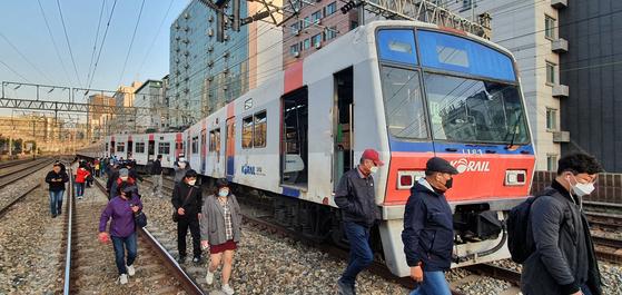14일 오전 서울 영등포구 지하철 1호선 영등포역에서 신길역으로 향하던 열차가 탈선해 시민들이 선로로 이동하고 있다. <br><br>한국철도(코레일)에 따르면 이날 오전 6시28분쯤 용산행 급행 전철이 영등포역을 출발해 신길역으로 향하던 중 궤도를 이탈했다. 뉴스1