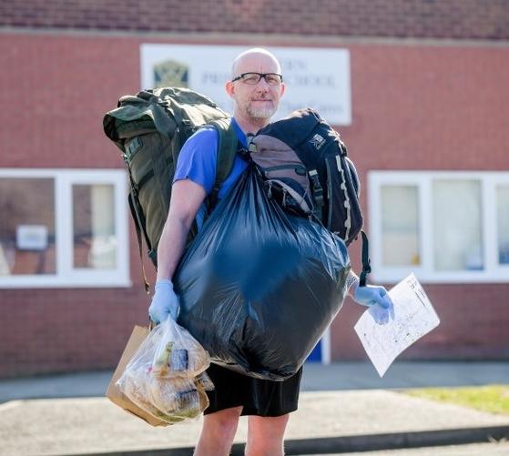 영국 초등학교의 젠 포울스 선생님이 제자들의 집으로 배달해 줄 점심 식사를 잔뜩 짊어지고 서 있다. 신종 코로나로 인한 봉쇄 조치로 학교에 오지 못하는 제자들을 위해 그는 매일 18kg이나 되는 식사를 짊어지고 8km를 걸어 제자들의 집에 간다.[트위터 캡처]