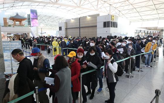 인천국제공항 1터미널 법무부 출입국서비스센터 앞에서 불법체류 외국인들이 자진 출국 신고를 하기 위해 길게 줄을 서 기다리고 있다. 연합뉴스