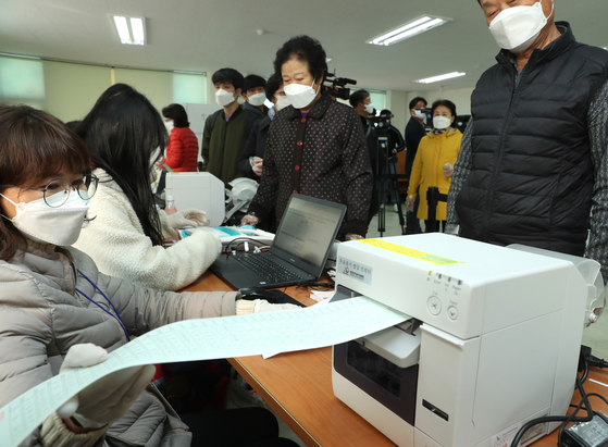 사전투표사무원이 비례대표 투표용지를 발급하고 있다. 연합뉴스