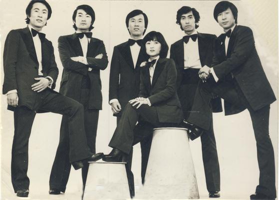 1970년대 인기그룹 '딕훼밀리', 활동 당시 사진으로, 맨 왼쪽이 서성원이다. [박성서 대중음악평론가 제공. 연합뉴스]