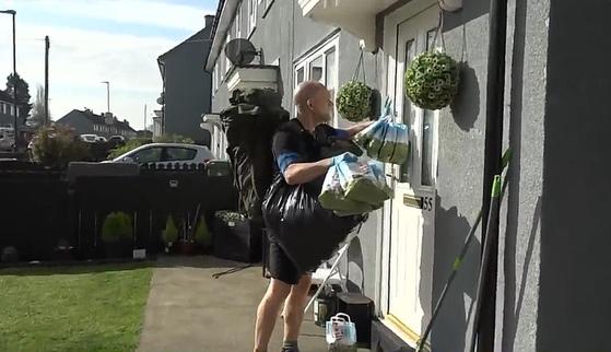 젠 포울스 선생님이 제자의 집 문 앞에 음식을 둔 후에 문을 두드려 도착 사실을 알리고 있다.[유튜브 캡처]