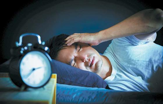 불면증으로 수면 부족이 지속되면 인지기능과 면역력의 저하, 심혈관질환·당뇨병·우울증·불안장애·치매 등의 발병 위험이 커진다. [사진 pixta]