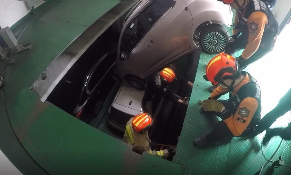 인천 오피스텔 차량 승강기서 승용차 추락. 사진 인천 남동소방서