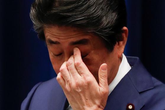 아베 신조 일본 총리가 지난달 14일 저녁 총리관저에서 개최한 기자회견 도중 손으로 눈을 만지고 있다. [로이터=연합뉴스]
