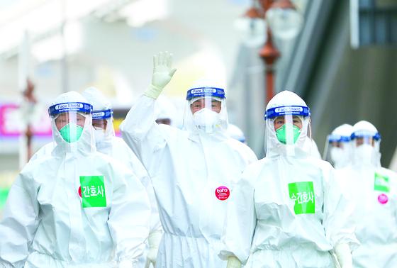 코로나19 확진자 치료를 위해 음압 병실로 들어 가는 대구 동산병원 의료진. [연합뉴스]
