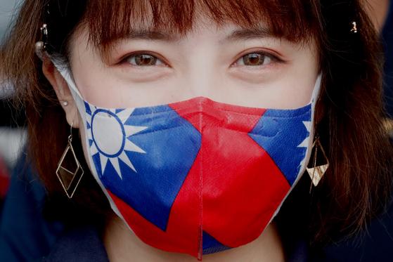 한 여성이 대만의 상징인 청천백일기가 새겨진 마스크를 착용하고 있다. [EPA=연합뉴스]