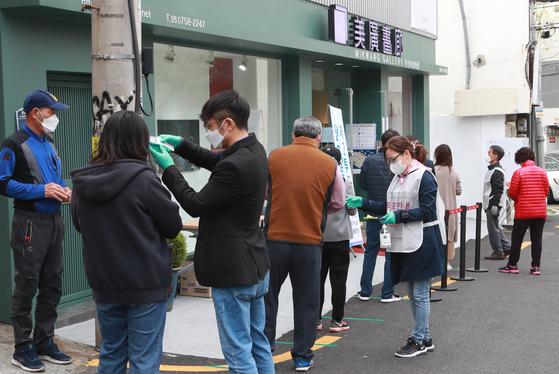 제21대 국회의원선거일인 15일 오전 부산 수영구 민락동 제2투표소가 마련된 미광화랑에서 시민들이 줄서서 투표를 하고 있다.송봉근 기자