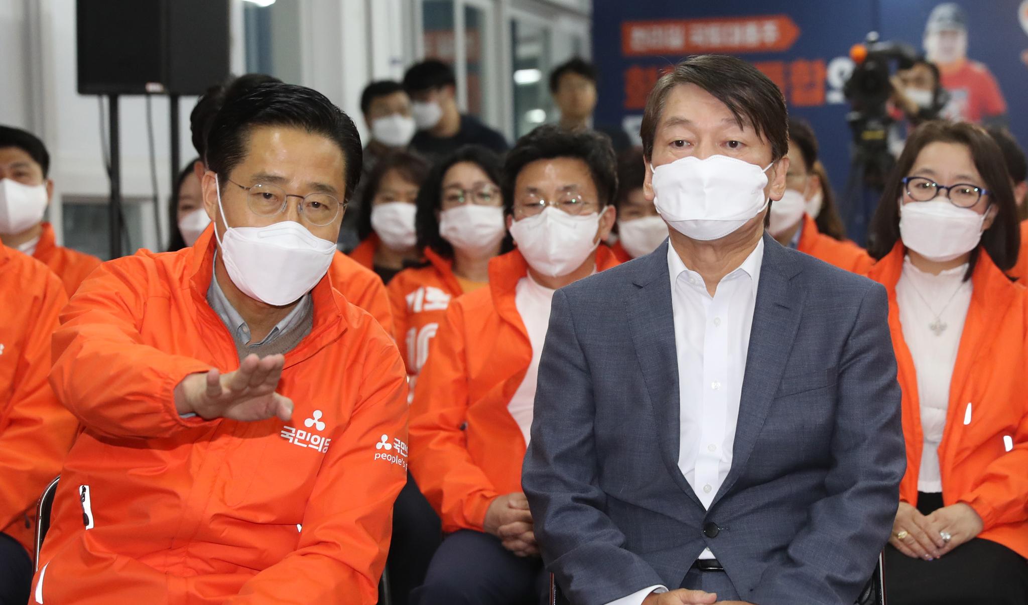 국민의당 안철수 대표가 15일 오후 서울 마포구 당사 개표상황실을 찾아 개표 방송을 지켜보고 있다. 연합뉴스