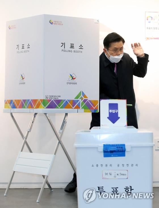 제21대 국회의원선거 서울 종로에 출마한 미래통합당 황교안 후보가 15일 서울 종로구 동성고등학교에 설치된 혜화동 제3투표소에서 기표한 뒤 기표소에서 나오고 있다. [연합뉴스]