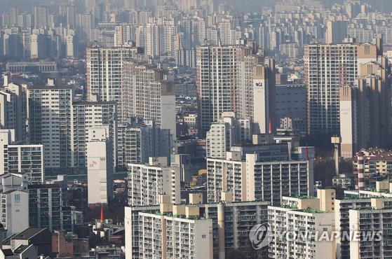 올초 수원 권선구와 용인 등 수도권 일부 지역은 교통 호재와 풍선효과로 아파트 값이 급등했다. [연합뉴스]