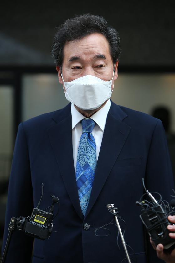 21대 총선에 출마하는 이낙연 더불어민주당 종로 후보가 15일 오전 서울 종로구 교남동에서 제3투표소에서 투표를 마친 후 취재진의 질문에 답변하고 있다. 변선구 기자