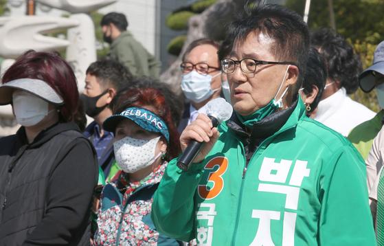 민생당 박지원 후보가 지난 13일 오전 목포시청 정문 앞에서 기자회견을 열고 있다. [사진 박지원 후보 선거 사무실]