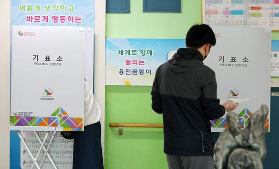 제21대 국회의원 선거일인 15일 오전 대구시 달서구 용전초등학교에 마련된 투표소에서 한 시민이 기표소로 향하고 있다. [연합뉴스]