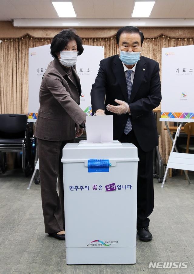 문희상 국회의장이 15일 오전 부인 김양수 여사와 경기 의정부시 의정부1동 제2투표소에서 투표했다. 뉴시스