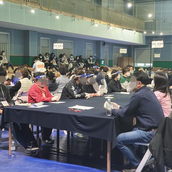 15일 저녁 서울 영등포구 개표소에서 개표사무원들이 투표함이 도착하기를 기다리고 있다. 이수정 기자