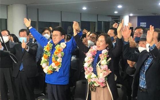 21대 총선 대전 중구 선거구에 출마한 더불어민주당 황운하 후보가 당선이 확정되자 아내 김미경씨와 함께 환호하고 있다. [사진 황운하 후보 갬프]