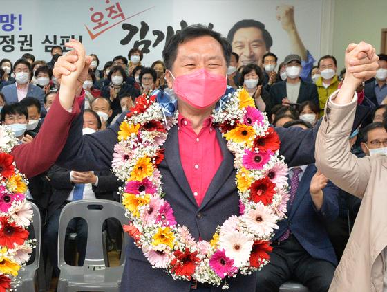 제21대 국회의원 선거 울산 남구을 미래통합당 김기현 후보가 15일 오후 자신의 선거사무소에서 당선이 확실시된다는 개표 방송을 본 뒤 꽃다발을 목에 걸고 환호하고 있다. [연합뉴스]