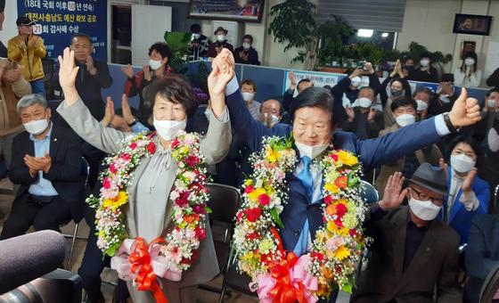 대전 서갑에 출마한 박병석 더불어민주당 당선인이 15일 대전 서구 선거사무소에서 당선 확정 소식을 전해들은 뒤 기쁜 표정으로 인사를 하고 있다. [뉴스1]