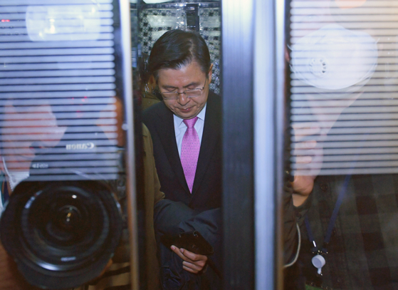 제21대 총선에서 패배한 미래통합당 황교안 대표가 15일 국회도서관 강당에 마련된 미래통합당-미래한국당 개표상황실에서 사퇴를 밝힌 뒤 상황실을 떠나고 있다.[연합뉴스]