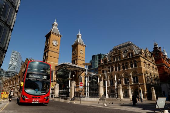 지난 14일 신종 코로나로 인해 텅 빈 영국 런던 리버풀 거리 인근에 빨간 버스가 서 있다. [로이터=연합뉴스]