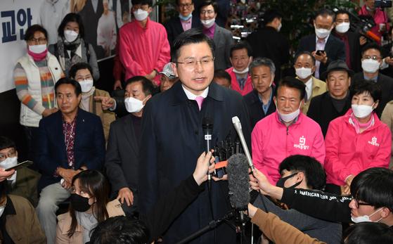 제21대 국회의원 선거일인 15일 오후 낙선이 확실시 된 미래통합당 황교안 서울 종로 후보가 서울 종로구 선거사무실에서 소감을 말하고 있다. 뉴스1